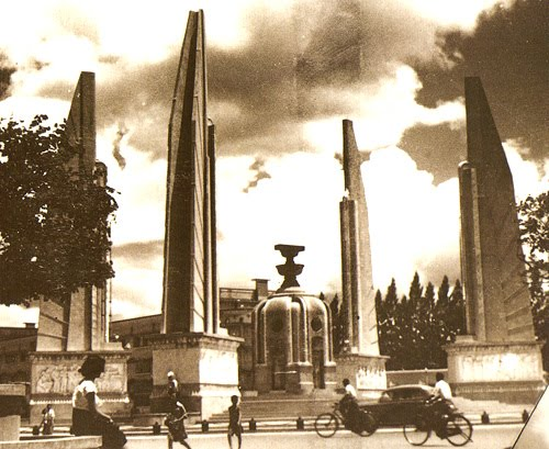 Democracy  Monument in every day life