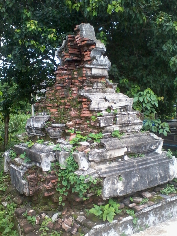 crumbling chedi on Koh Kret